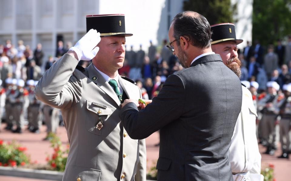 Le Premier ministre décore un officier de la Légion étrangère.
