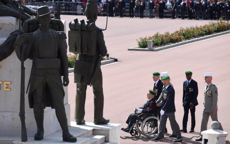 Le médecin en chef Jean-Louis Rondy (en fauteuil roulant). À travers lui, la Légion rend un hommage particulier au Service de santé des armées (SSA) .Pour ce 155e anniversaire, la Légion étrangère a spécialement honoré les blessés au combat, ainsi que les personnels qui les secourent et les soignent.