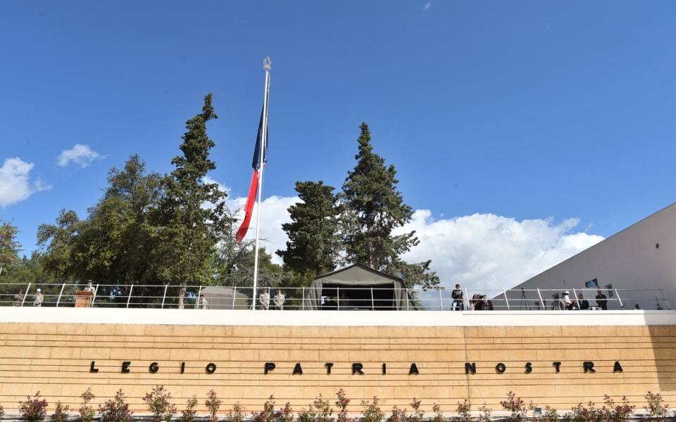 """Le monument portant la devise de la Légion étrangère : """"legio patria nostra"""" (La légion pour partrie)."""