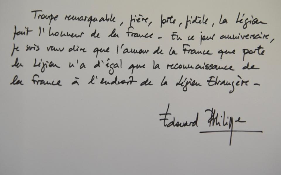 Les mots écrits par le Premier ministre, sur le cahier d'or du 155e anniversaire de la cérémonie de la bataille de Camerone