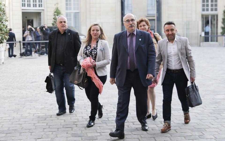 Arrivée dans la cour de l'Hôtel de Matignon, de Luc Bérille,  secrétaire général de l'UNSA (Union nationale des syndicats autonomes) – au centre - , de Roger Dillenseger, secrétaire général  et leur délégation – à gauche – et leur délégation.