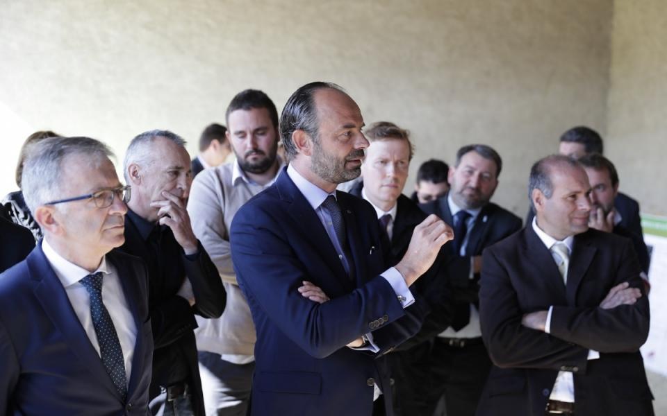 Le Premier ministre en discussion avec des exploitants agricoles à Nérondes : après une présentation des innovations locales, les échanges ont abordé tous les sujets liés à la profession   (2 mai 2018)