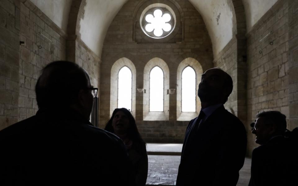 Le Premier ministre dans le bras nord du transept de l'église de l'abbaye de Noirlac, éclairé par trois fenêtres brisées et une rose polylobée. 2 mai 2018