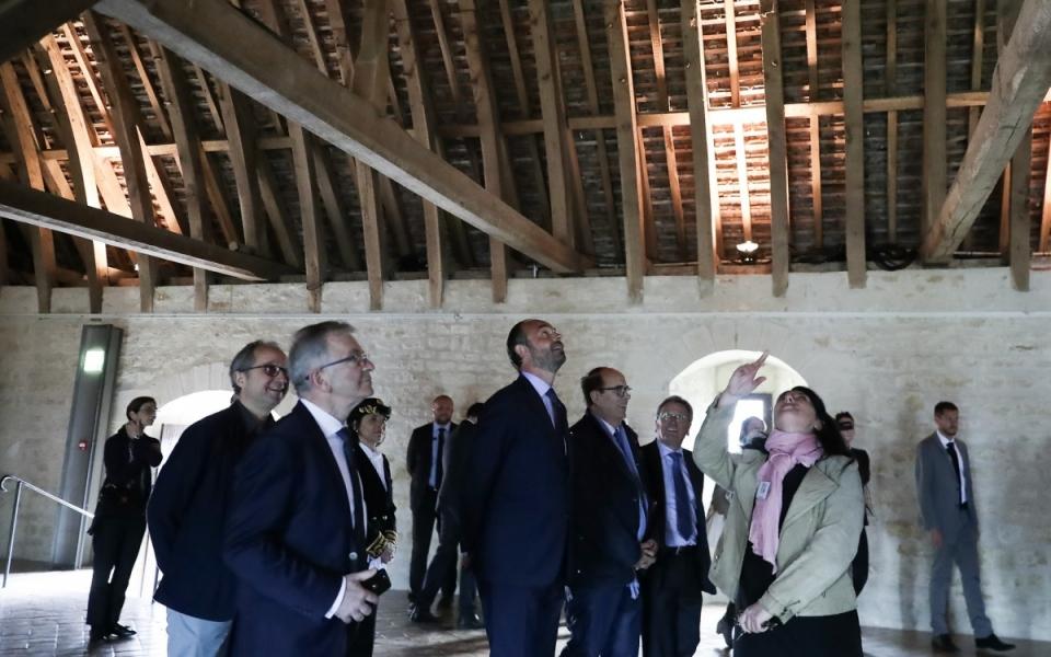 Le Premier ministre dans la salle servant de dortoir aux convers, dans l'abbaye de Noirlac. 2 mai 2018)