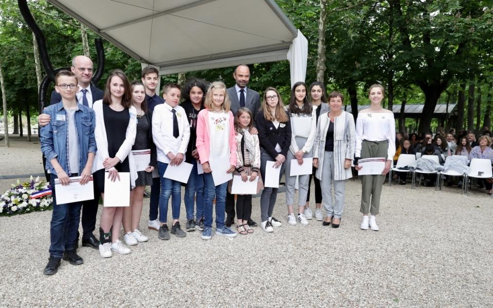 Le Premier ministre et le ministre de l'éducation nationale, Jean-Michel Blanquer, avec les lauréats des prix de la flamme de l'égalité à trois classes