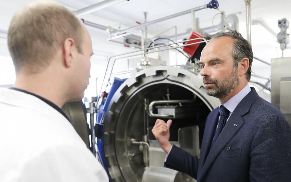 Édouard Philippe dans les locaux du laboratoire Genialis, à Henrichemont. Une société au service de la conduite de projets innovants, en particulier dans les domaines agroalimentaires et cosmétiques. - 3 mai 2018.
