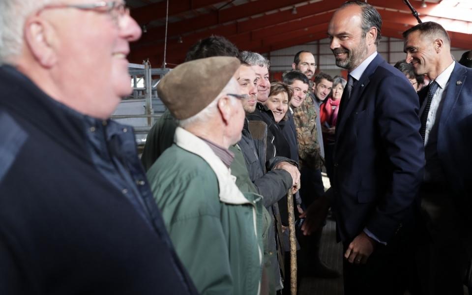 Pour son premier arrêt dans le Cher, le Premier ministre s'est rendu au marché de bétail au vif de Sancoins, plus communément appelé marché des Grivelles. Le marché est  situé en région Centre, dans le département du Cher (2 mai 2018). À l'image, le Premier ministre s'entretient avec des éleveurs -  2 mai 2018.