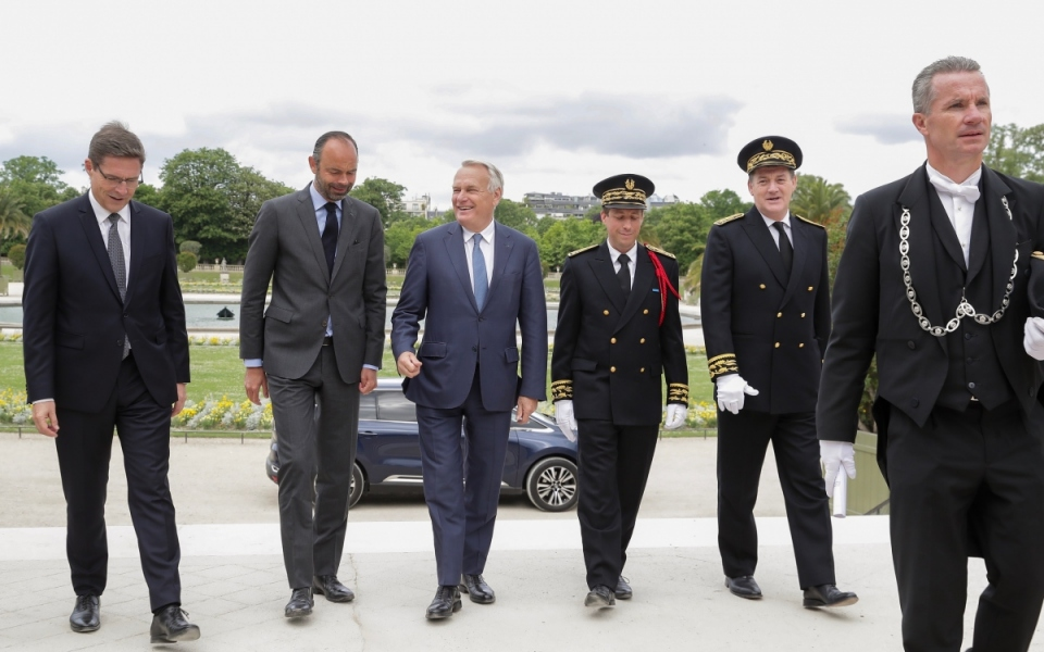 """Arrivée d'Edouard Philippe au Jardin du Luxembourg, accompagné de l'ancien Premier ministre Jean-Marc Ayrault, président du GIP """"Mission de la mémoire de l'esclavage, des traites et de leurs  abolitions"""""""
