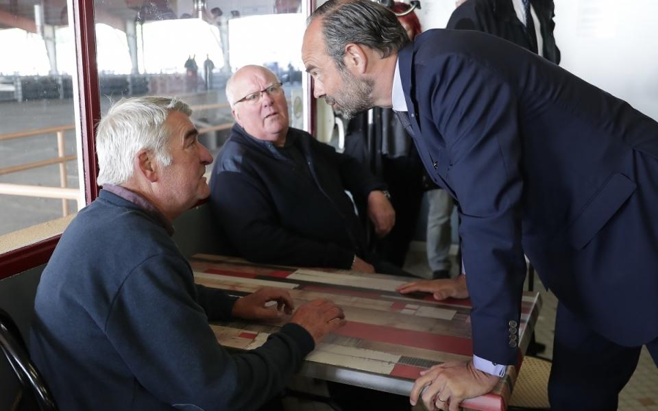 """Le Premier ministre dialogue avec des producteurs au marché aux bestiaux des Grivelles.  Pour Édouard Philippe, """"l'idée, c'est d'aller expliquer, rencontrer, discuter. Vous pouvez avoir tous les capteurs que vous indiquez, toutes les relais que vous indiquez, mais il n'y a rien qui remplace le contact direct. Je crois beaucoup au contact direct."""" - 2 mai 2018"""