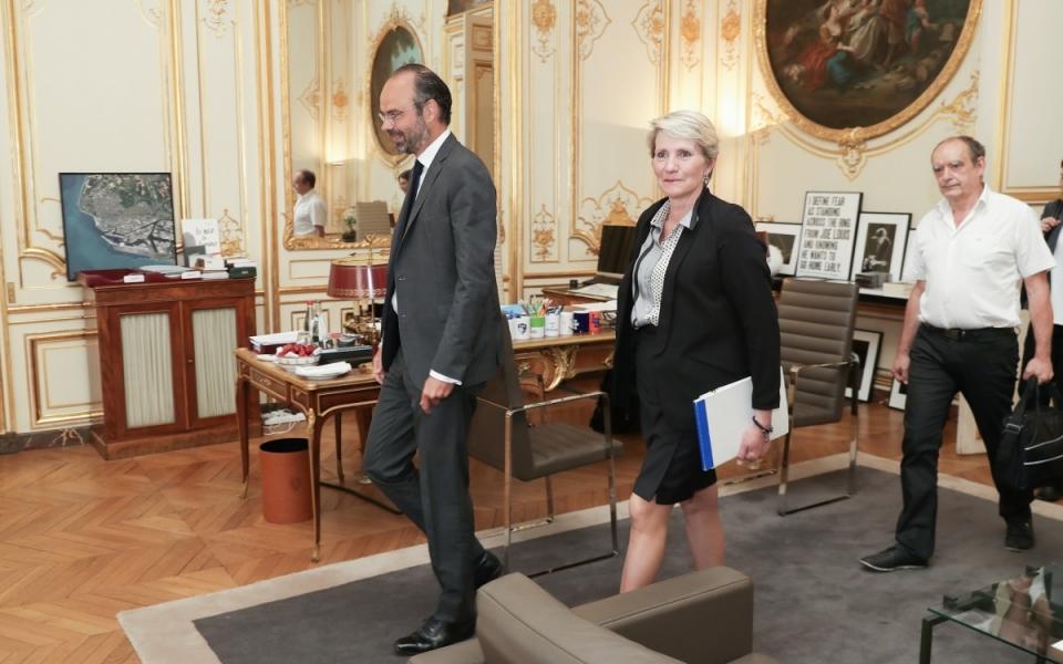 Le Premier ministre, Édouard Philippe, conduit Nathalie Homand, secrétaire confédérale de la Confédération FO  (Force ouvrière) et François Grasa, secrétaire général de la Fédération FO des Cheminots à la table des discussions.