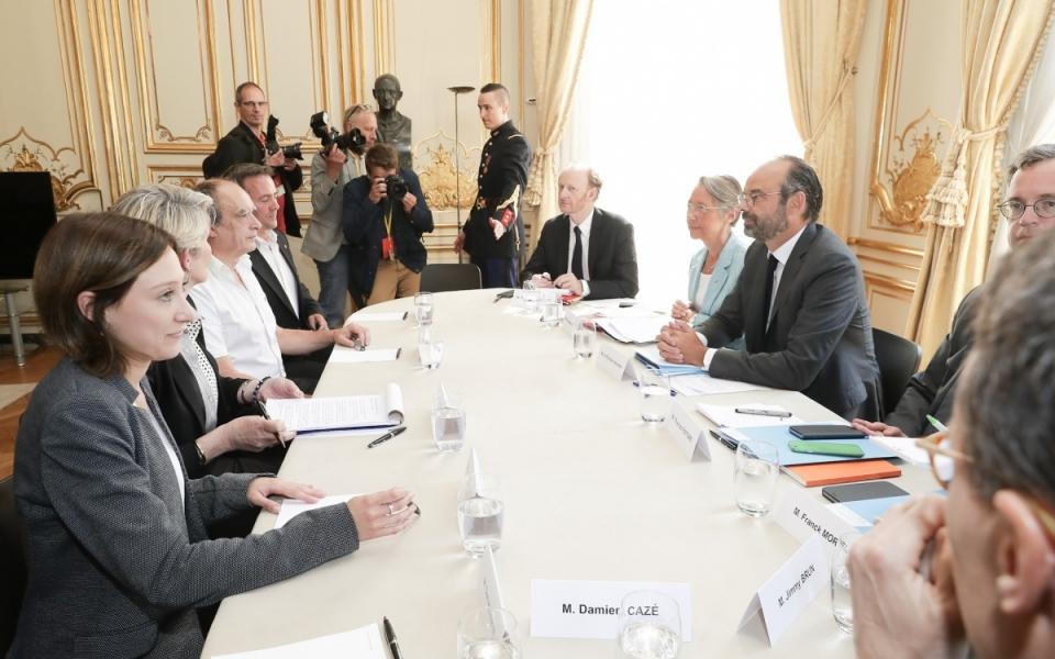 Le Premier ministre, Édouard Philippe et Élisabeth Borne, ministre des Transports, avec la délégation de la confédération Force ouvrière (FO).