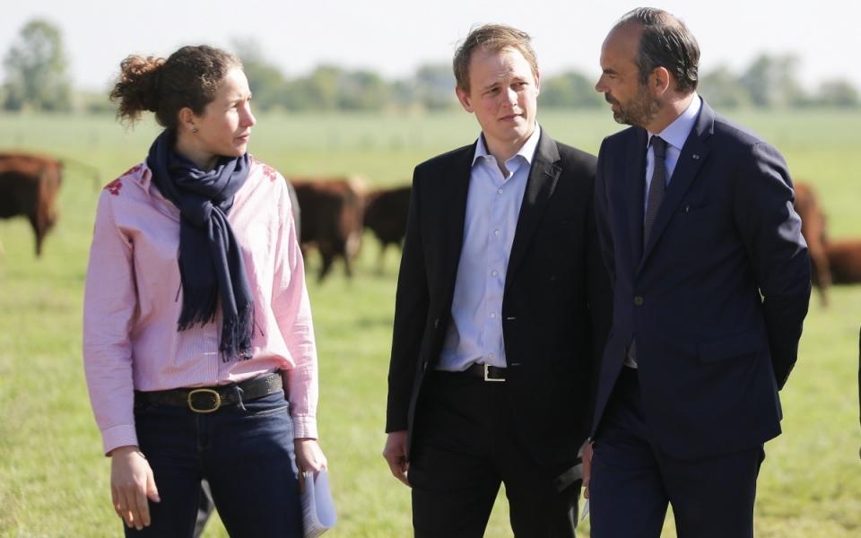 """Le Premier ministre s'entretient avec des responsables de l'exploitation agricole """"Berry Graine"""", Damien Sneessens, directeur et Marion Breteaux. L'exploitation qui produit du quinoa est située dans la commune de Nérondes. (2 mai 2018)"""