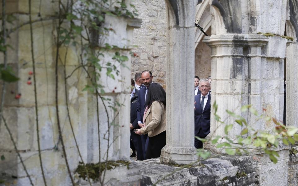 Le Premier ministre dans une coursive du cloître de l'abbaye de Noirlac.