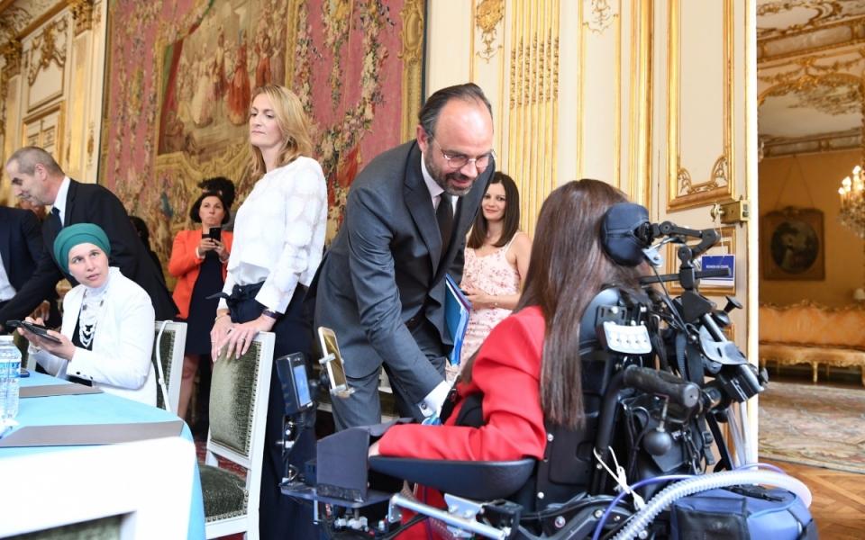 Le Premier ministre, Édouard Philippe, salue une des personnes ayant été auditionnée dans le cadre du rapport.