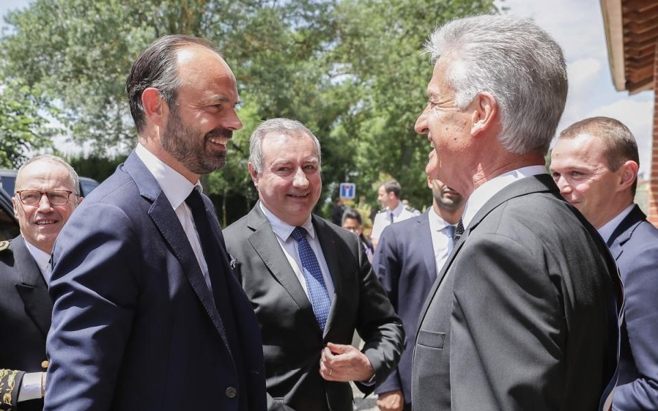 07/06 - A son arrivée à Mondouzil, le Premier ministre est accueilli par le maire de la ville, Robert Medina