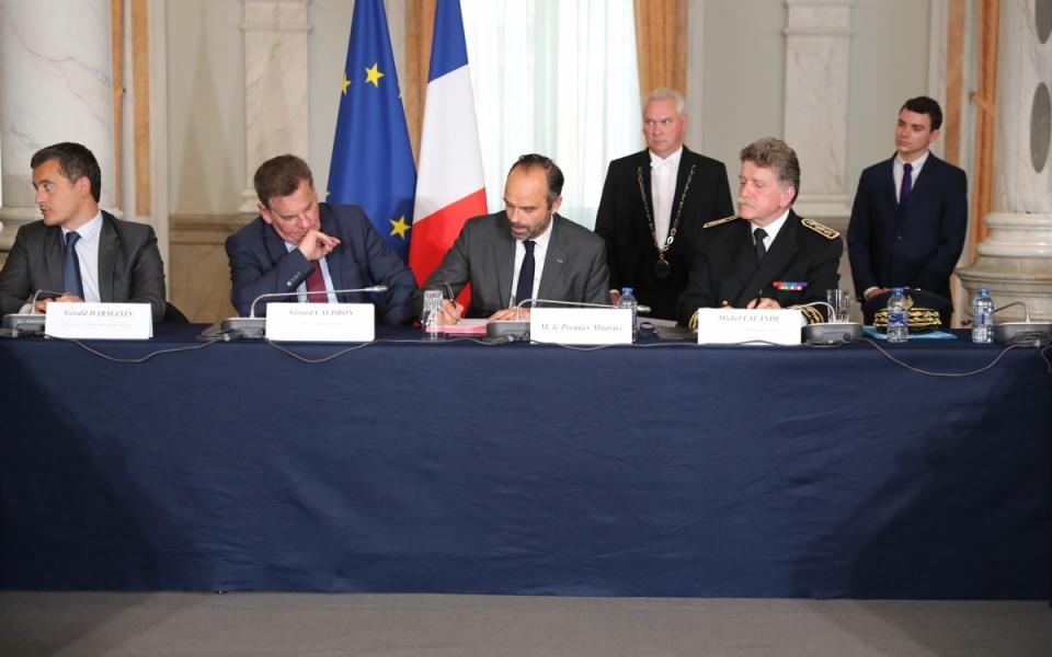 Signature de contrats à la préfecture de Lille