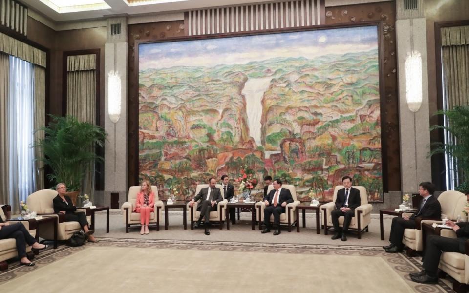 Le 23 juin 2018 :M. LI Qiang, secrétaire du Parti pour la municipalité de Shanghai  aux côtés du Premier minsitre
