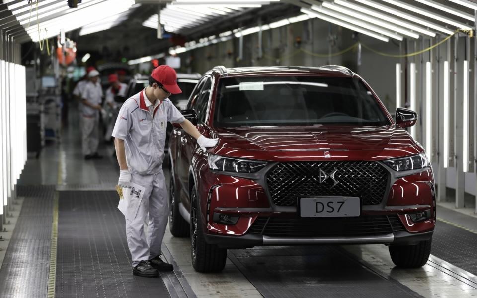 Le 22 juin 2018 : Ouvriers travaillant sur la chaîne d'assemblage de la DS7 site de Chang'an PSA