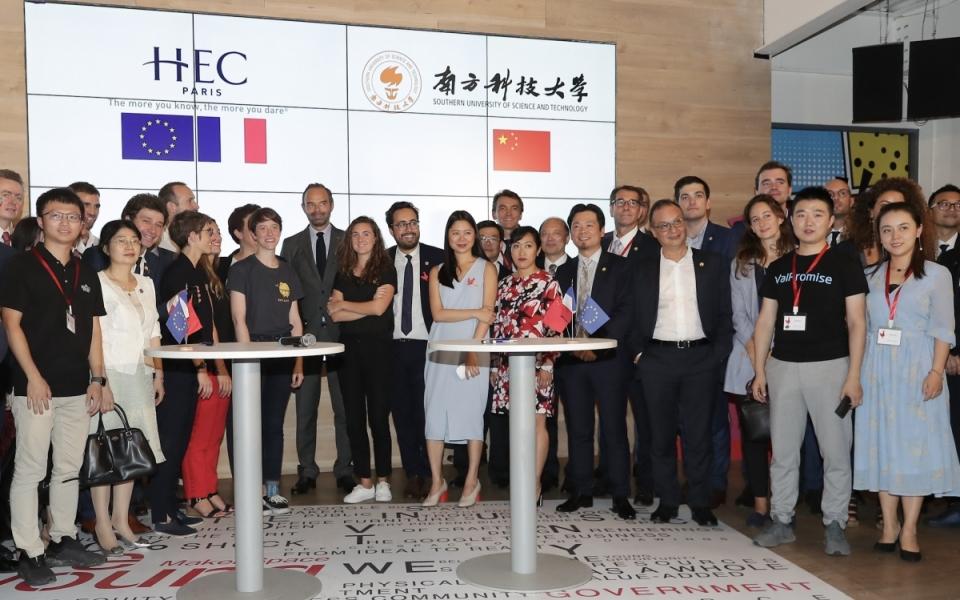 Le 22 juin 2018 : Le Premier ministre entouré des représentants de la French Tech en Chine.