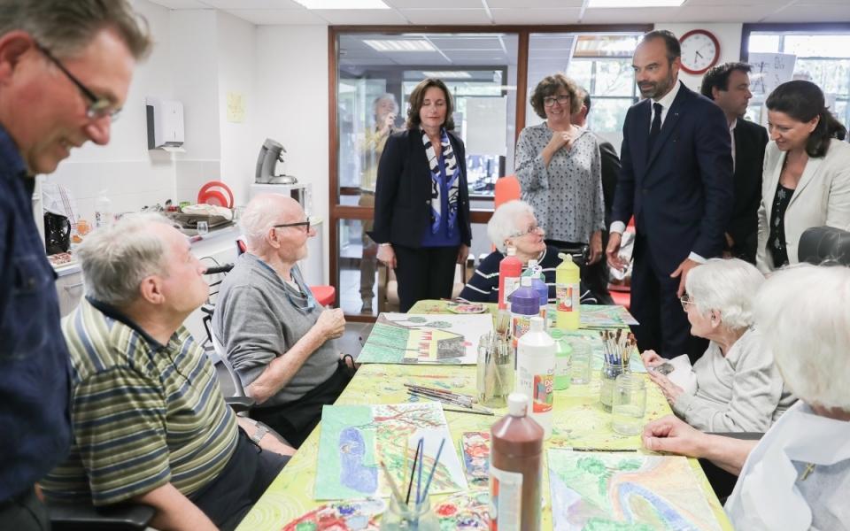 07/06 - Lors de la visite de l'EHPAD de Beauchalot, le Premier ministre a assisté à un atelier de création (peinture)