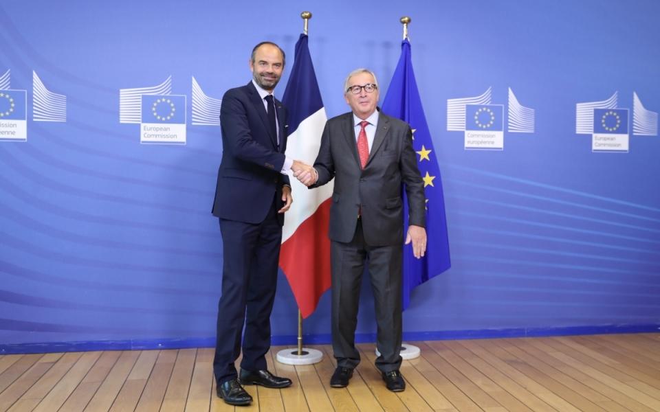Edouard Philippe accueilli par Jean-Claude Juncker à son arrivée à la Commission européenne..