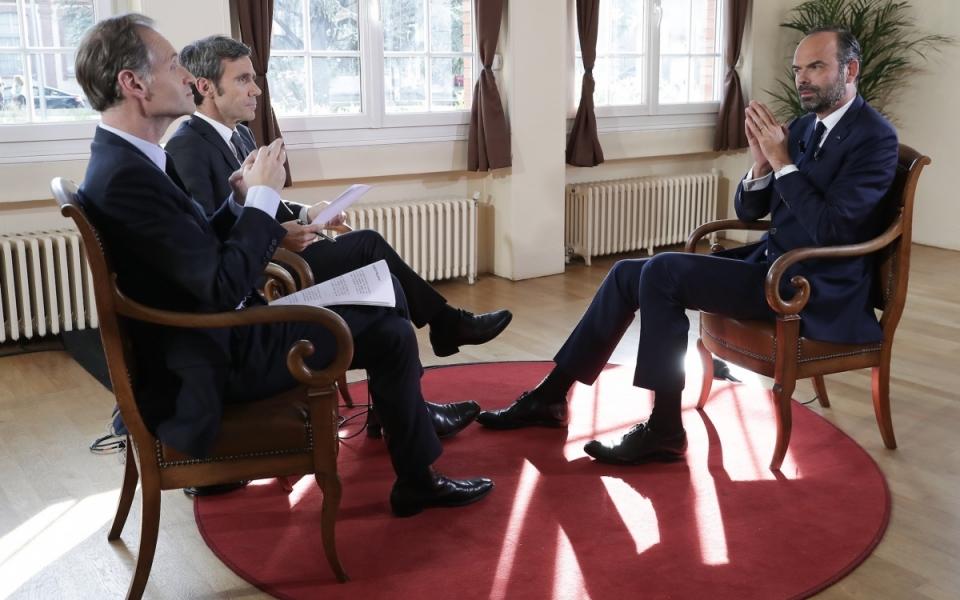 07/06 - En direct de la mairie de Grenade, le Premier ministre répond aux questions de David Pujadas et de Fabien Namias