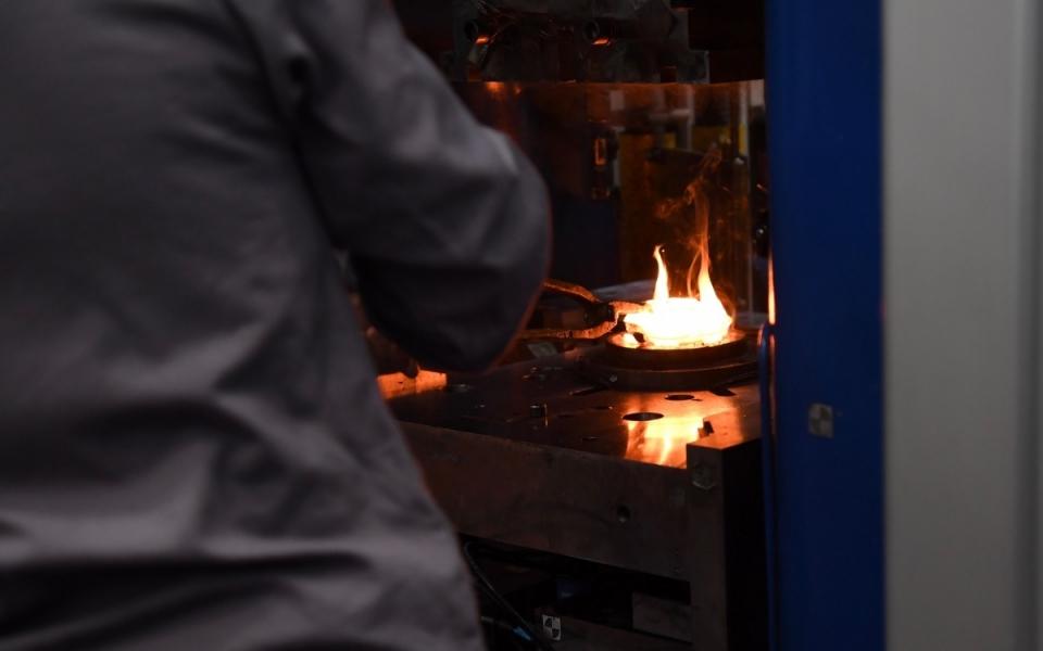 Gros plan sur la forge permettant la confection de pièces en métal