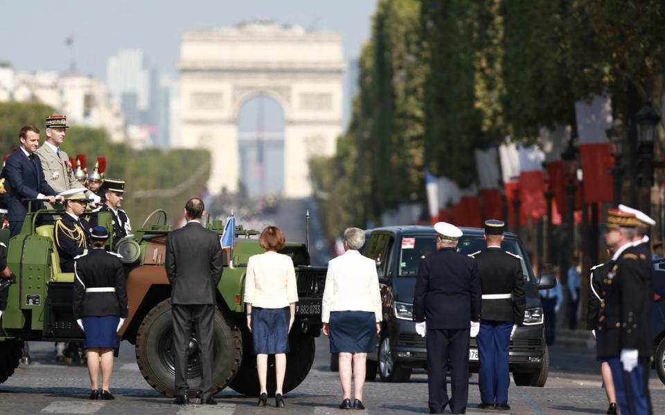 Le Président de la République est accueilli par le Premier ministre, la ministre des Armées, la secrétaire d'Etat auprès de la ministre des Armées et le chef d'état-major particulier du Président de la République