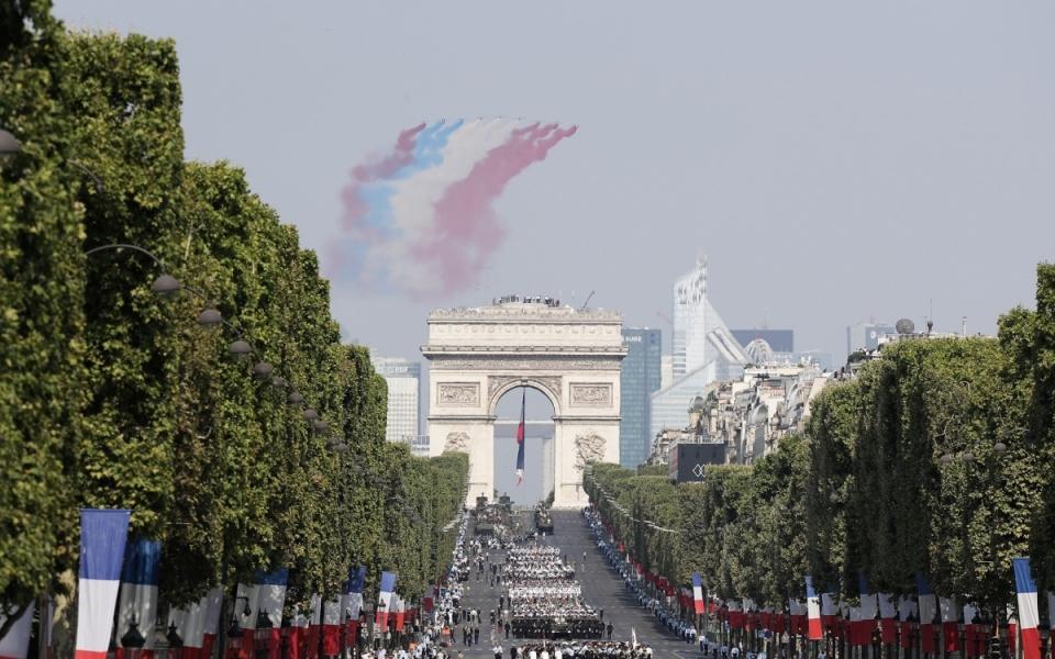 """La Patrouille de France ouvre chaque année le défilé des avions. Elle survole les Champs-Elysées en formation """"Big Nine""""."""