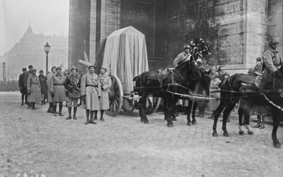 11 novembre 1920. Après avoir été porté au Panthéon, le cercueil du Soldat inconnu est transporté sous la voûte centrale de l'Arc de Triomphe
