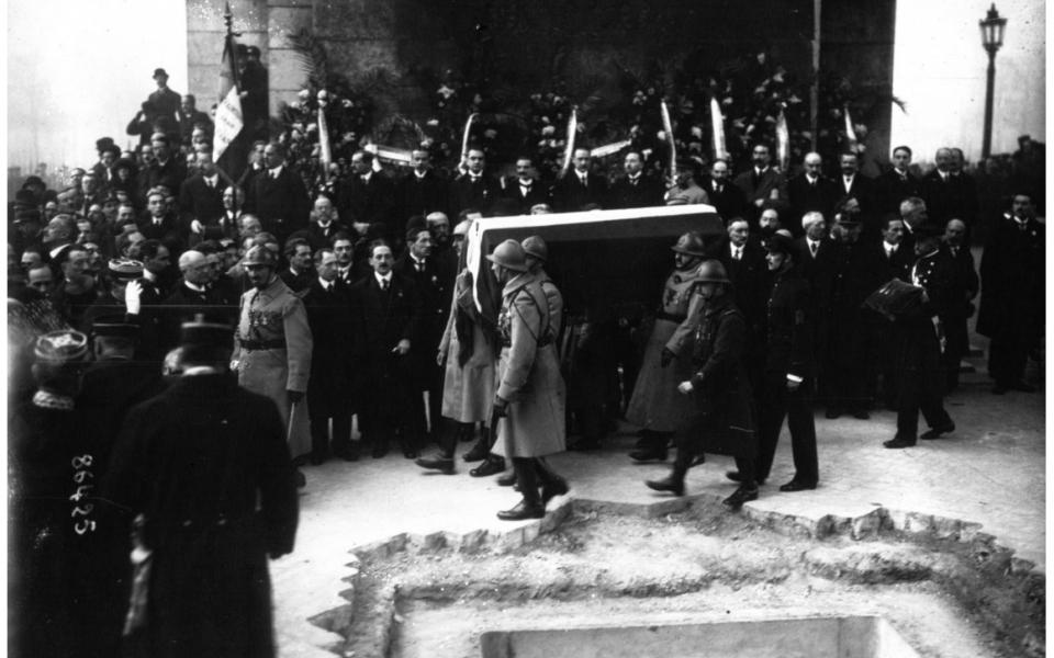 Le 28 janvier 1921, 8h30. Inhumation solennelle du Soldat inconnu sous la voûte centrale de l'Arc de Triomphe