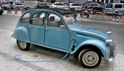 Un modèle ancien de la 2 CV Citroën avec un moteur électrique