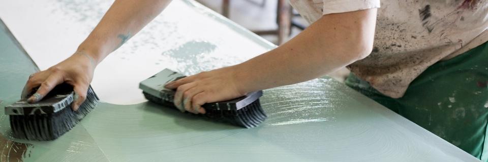 Photo montrant un artisan travaillant dans son atelier