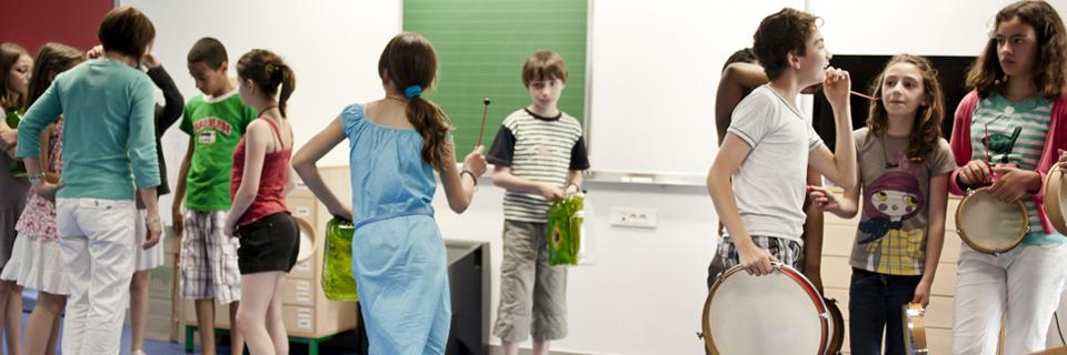 Photo d'un cours de musique et de danse dans une école primaire