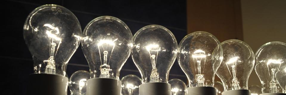 Photo d'ampoules électriques montées en réseau lors d'une présentation d'appareils de contrôle de la consommation électrique chez GDF SUEZ