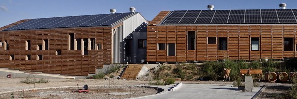 Photo de panneaux solaires sur le toit d'entrepôts de vin