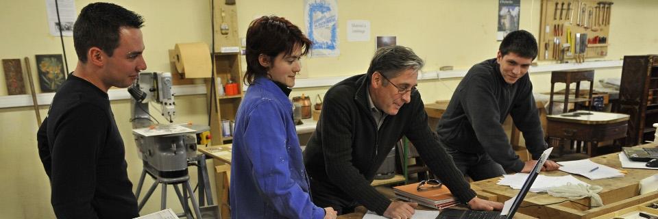 Photo du professeur Philippe Allemand donnant des explications à des stagiaires en restauration ébénisterie, le 02 avril 2008 au château d'Aulteribe à Sermentizon.