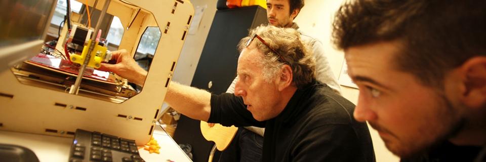 Photo d'un homme montrant le fonctionnement d'une nouvelle machine à un jeuneoppeur projet merchandiser avec un étudiant de l'école d'ingénieur