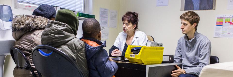Photo d'une consultation médicale au Centre d'Accueil, de Soins et d'Orientation (CASO) de Médecins du Monde à Paris.
