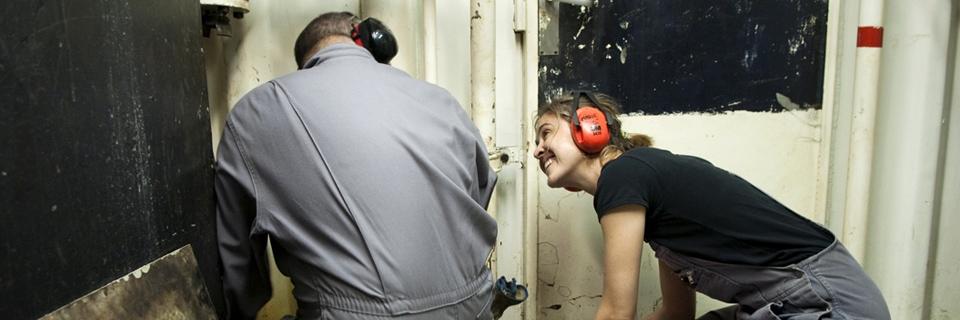 Photo d'une femme second mécanicien sur un bateau