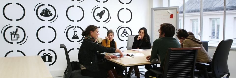 Photo de jeunes entrepreneurs réunis autour d'une table