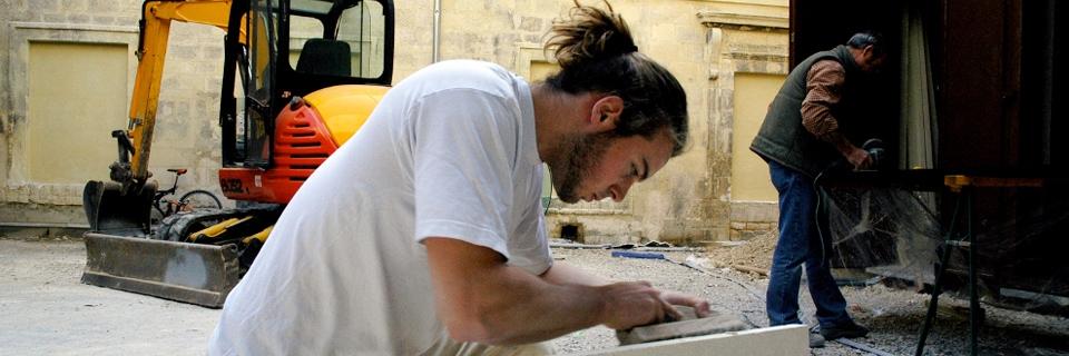 "Photo illustrant un jeune travailleur bénéficiant de la ""Garantie jeunes""."