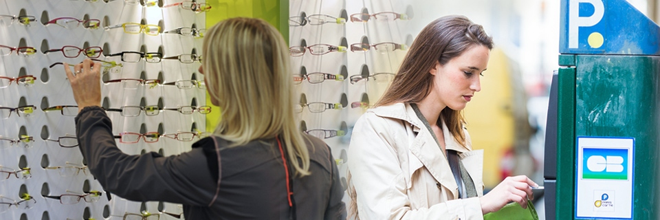 Photo d'illustration : cliente chez un opticien et un horodateur à paiement par carte bancaire.