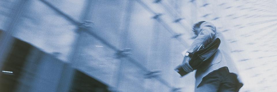 Photo d'un homme se dirigeant vers l'entrée d'un bâtiment