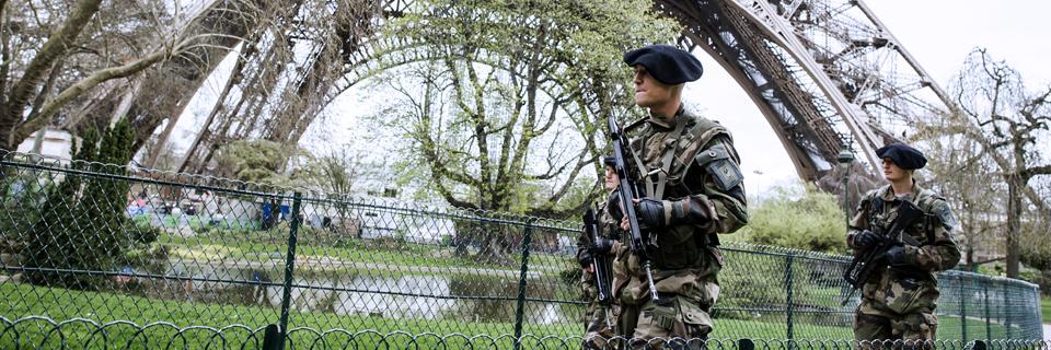 Photo de deux militaires surveillent la Tour Eiffel