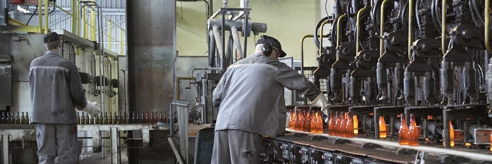 Photo d'une usine de recyclage du verre à bouteille.