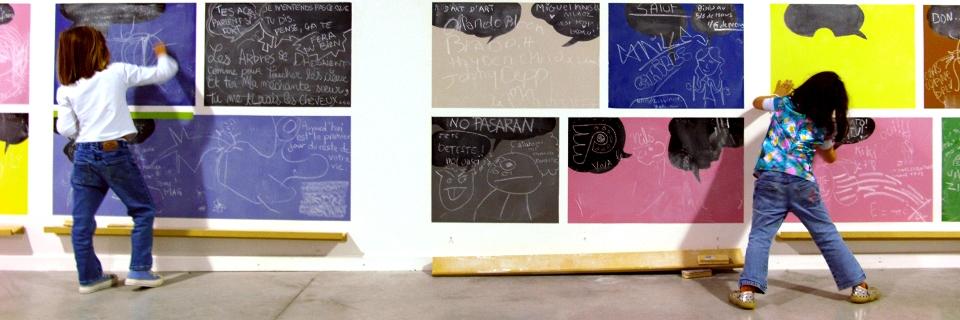 Photo de deux enfants à la Biennale d'art contemporain de Lyon.