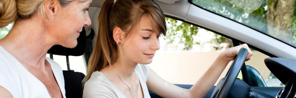 Jeune conductrice accompagnée d'un adulte pour conduire