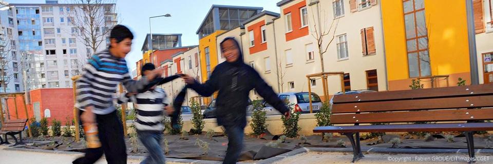 Photo de trois enfants jouant dans la rue