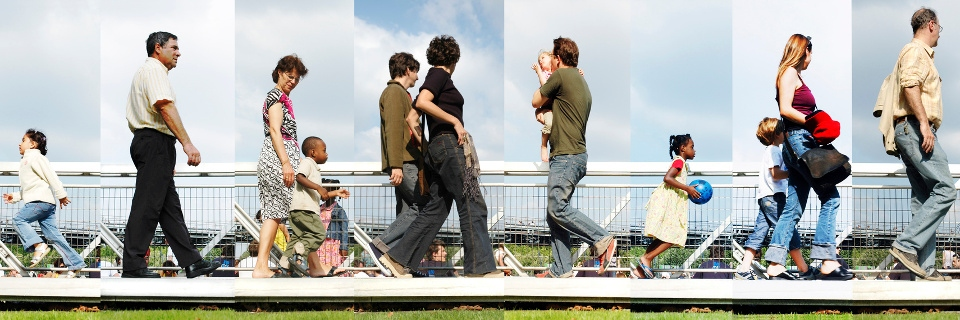 Jeunes parents et enfants se baladent au parc de la Villette à Paris